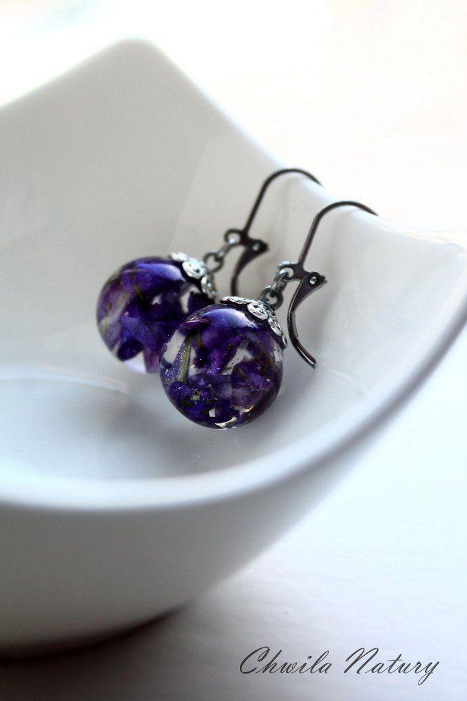 Kolczyki Wiszace Z Zywicy Kwiaty Zatopione W Zywicy Pomysl Etsy Stud Earrings Earrings Jewelry