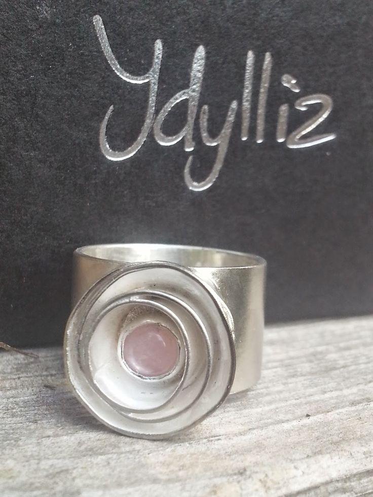 Idylliz, Handgemaakte sieraden. Goudsmid, edelsmid : 173. Brede ring van zilver met roos/ bloem en rosequarts.