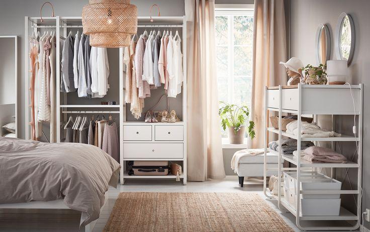 Ein mittelgroßes Schlafzimmer u. a. mit 3 ELVARLI Elementen in Weiß mit Böden, Kleiderstangen und Schubladen