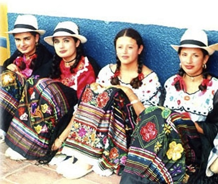 Traje típico de la región Andina de Colombia. En el baile del Sanjuanero las mujeres utilizan una blusa blanca un poco holgada en la parte superior y entallada en la cintura, además de, ser adornadas con encajes y aplicaciones realizadas con lentejuelas.