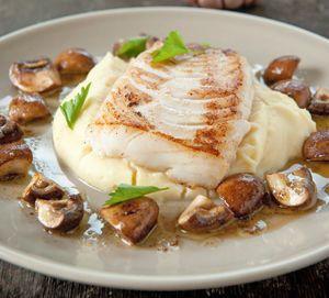 Gebakken kabeljauw met knoflook-aardappelpuree en champignons