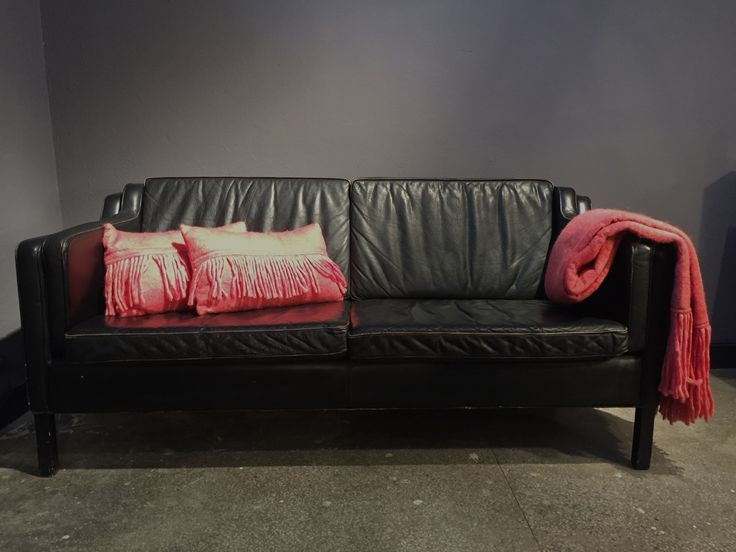 Piątkowy klubowy klimat a w nim: Design Skandynawski- sofa 2os. czarna skóra na drewnianych czarnych nogach, wełniany koc wraz z poduszkami 😺