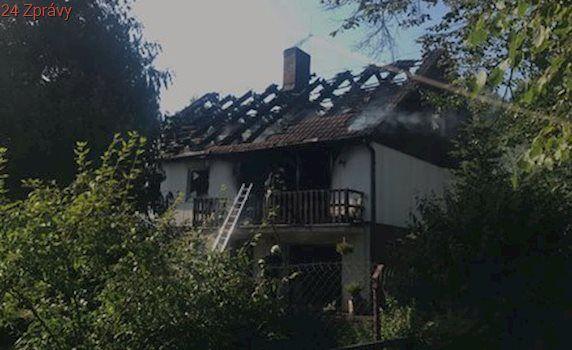 Na Rakovnicku škvařili sádlo, vzplál jim z toho celý dům: Pro popáleného letěl vrtulník