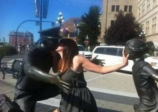 Stolen Kiss 30 Hilarious Pictures Taken With Statues • Page 2 of 6 • BoredBug