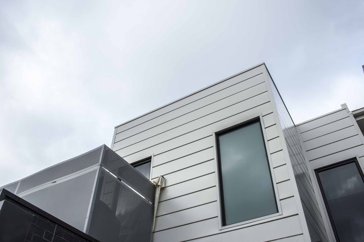Erskine Street Townhouses features our Interlocking cladding system in Colorbond Steel's Surfmist. #cladding #metalcladding #metalcladdingsystems #design #home #architectural #colorbond #steel #claddingprofile #facade #home #walls #whitecladding #white #melbourne #facadepanel #claddingpanel