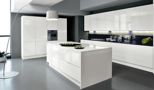 #Cuisine #design blanche sans poignées avec îlot de chez Armony #cucine. Façades blanc brillant