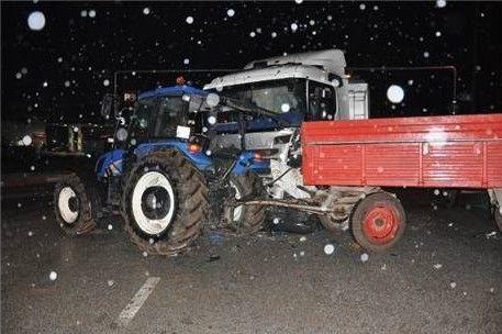 Kamyonla traktör çarpıştı