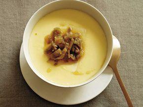 豆腐入り茶碗蒸し (2人分) 絹ごし豆腐 1丁 味つきザーサイ 20g 卵 2個 A ├顆粒鶏ガラスープの素 小さじ1/2 ├塩 少々 └湯 1カップ ごま油 少々 1 豆腐はペーパータオルで包んで30分ほどおいて水気をきり、半分に切る。ザーサイはせん切りにする。 2 ボウルに卵を溶きほぐし、Aを加えて混ぜる。 3 耐熱の器に豆腐を入れ、2をザルなどで濾し入れる。アルミ箔をかぶせ、蒸気の上がった蒸し器に入れ、フタをして強火で1分蒸し、フタを少しずらして10分ほど蒸す。取り出してザーサイをのせ、ごま油をかける。 料理 : 藤井恵 撮影 : 木村拓(東京料理写真)