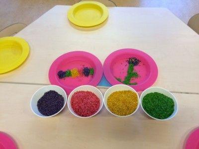 Bloem en Rupsje Nooitgenoeg of een regenboog van gekleurde rijst.