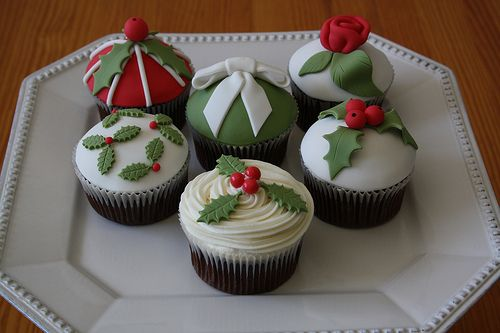 Christmas holly & ivy cupcakes.