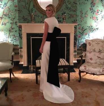 Ivanka Trump, en la casa de invitados de la Casa Blanca, luciendo su 'look' para la cena previa a la... - Proporcionado por Prisa Noticias