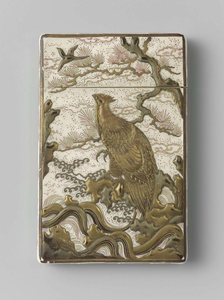 anoniem | Ivoren doosje waarop in goud lak een vogel op een boomtak is aangebracht | Ivoren doosje waarop in goud lak een grote vogel op zijn boomtak is aangebracht. In de lucht een vliegende vogel; op de andere zijde een tweetal ganzen, waarvan een vliegend en een staand op de oever, rechts een fijne struik. Op de zijkanten een meander in goud.