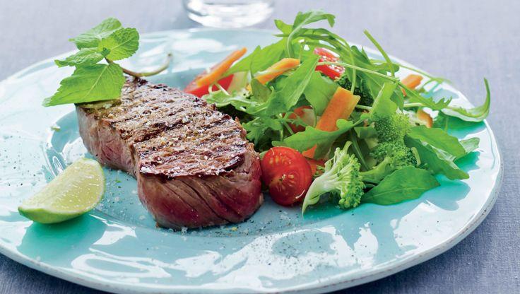 slankeopskrift: Marineret oksekød med sprød grøntsagssalat