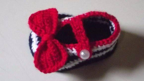 sapatinho confeccionado em crochê. detalhes - botão imitando pérola, lacinho de crochê. cor - branco, azul marinho e vermelho. tamanhos disponiveis - 0 a 3 / 3 a 6 / 6 a 9 meses. frete por conta do comprador.