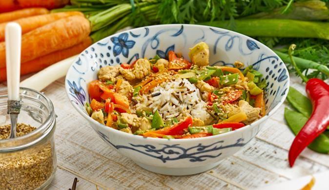 Du magst asiatisches Essen? Versuche unser Hähnchen aus dem Wok mit Sesam-Honig. In 35 Min. zubereitet.