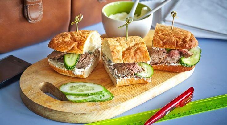 сендвич с ростбифом и огурцами