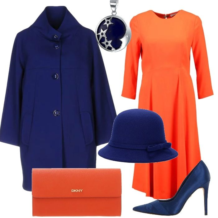 Una ventata di colore con il vestito arancione da abbinare con accessori blu: le scarpe décolleté con tacco alto, il cappotto con bottoni, la cloche e il ciondolo in argento e lapislazzuli. La clutch, invece, è di una tonalità simile al vestito.