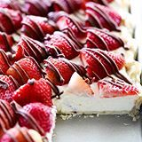 This Strawberry Cream Slab Pie is the PERFECT summertime dessert! The strawberries are beautifully topped on a cream pie and drizzled with chocolate. This is a great dessert for feeding a crowd and is ALWAYS a hit! (Direct link in profile) #chefintrainingblog #chefintraining #ontheblog #huffposttaste #buzzfeedfood #dessert