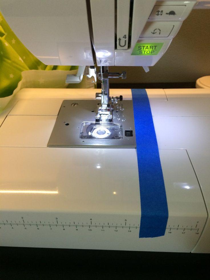 Pour coudre droit, scotcher un morceau de ruban adhésif sur toute la longueur de la machine