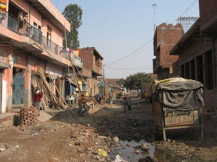 En Nashbandi Colony, la calle principal es un lodazal sin aceras ni alcantarillado donde apenas hay tiendas.