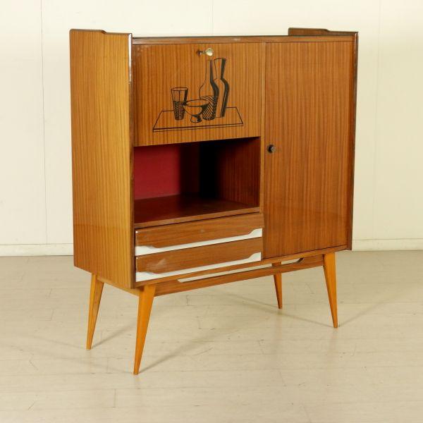 Credenza anni 50; legno impiallacciato mogano, inserti in formica, vetro retro trattato.