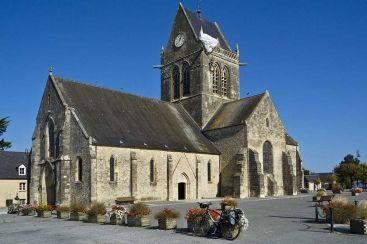 Sainte-Mere-Eglise, le soldat John Steele s'est rendu célèbre en restant accroché au clocher