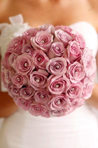 Romantico bouquet...rosas de tamaño mediano, color elegante y con unas perlas en cada rosa que convierten a este ramo en toda una joya