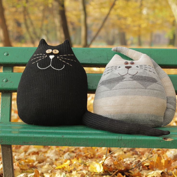 czarny kot poduszka