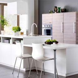Koken en eten aan een modern keukeneiland
