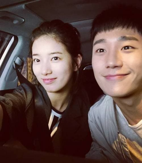 Suzy takes picture with Jung Hae-in