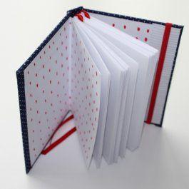"""je papierový ateliér  Ručne viazané zápisníky z papeliéru ti prinášajú priestor pre tvoje každodenné objavy, pozorovania, otázky, odpovede, či akoexterný disk tvojej pamäte :)  Aké je to v tejto rýchlej dobe a tornáde podnetov trochu spomaliť a objaviť to, čo nám každodenne uniká? Použi k tomu všetky zmysly a skús to zistiť s experimentálnym zápisníkom """"Objavuj"""".  A čo by ste povedali na 30 nápadov na randenie? To znie ako pekná zbierka zážitkov, ale aj ako dobrý nápad na darček, čo…"""