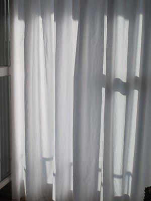 """Pour retrouver la blancheur d'origine des voiles et autres rideaux fins de la maison :Je lave mes voilages blancs en machine à 40° avec ma lessive plus un jus de citron. Et je remplace l'adoucissant par du bicarbonate de soude. Ensuite, j'étends mes voilages dès leur sortie de la machine. Ils sont éclatants et sentent bon le frais"""". Autre technique : pour blanchir ses voilages, Jacqueline rajoute à la lessive un sachet de levure chimique pour la pâtisserie."""