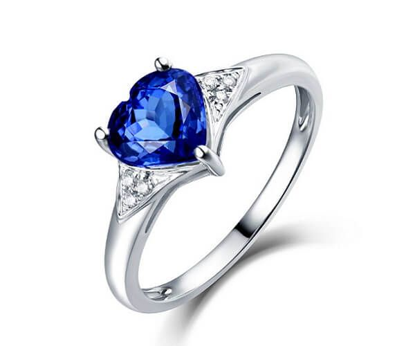Bague en or blanc 18 cts sertie de diamant et d'une jolie tanzanite en forme de coeur.