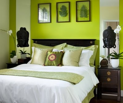 Although the feature wall is very vivid, layering the different tones of green and the choice of accessories really work.
