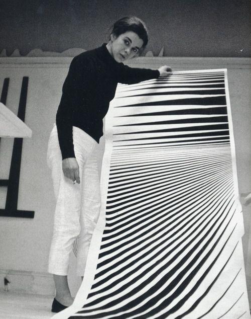 Bridget Riley, née le 24 avril 1931 à Londres en Angleterre, dans le quartier de Norwood, est une artiste peintre britannique d'origine anglaise. Son œuvre, basée sur des formes géométriques et des effets d'optique, s'inscrit dans le mouvement Op Art.