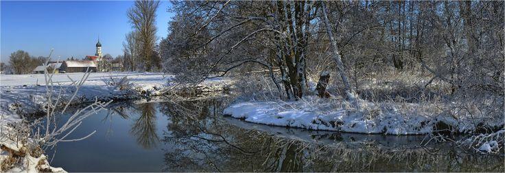 robertmetzgersen posted a photo:  Im Hintergrund, Sankt Johannes Baptist in Dietkirch.  Einige Fakten zur Schmutter:  Die Schmutter ist 76 km lang, sie entspringt in der Nähe von Siebnach und mündet bei Donauwörth in die Donau. Von der Quelle bis nach Neusäß, also auch hier am Ort der Aufnahme, mäandriert sie naturbelassen durch Auen und Felder. Von der Mündung flußaufwärts wurde wegen häufiger Überschwemmungen, streckenweise, kanalisiert und begradigt. Die nun fehlenden Mineralien, welche…
