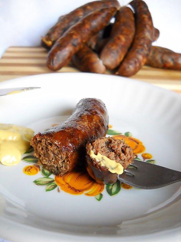 Ingrediente: 20 kg pulpa porc, 5 kg grasime porc, 70 g piper macinat, 250 g boia dulce, 100 g boia iute, 20 g sare / kilogram carne, 200 g usturoi, 4 lingurite cimbru macinat, 3 lingurite chimen macinat, �Preparare: Carnea o tocam cu masina de tocat avand ciurul mai mare . Intr-o craticioara punem la