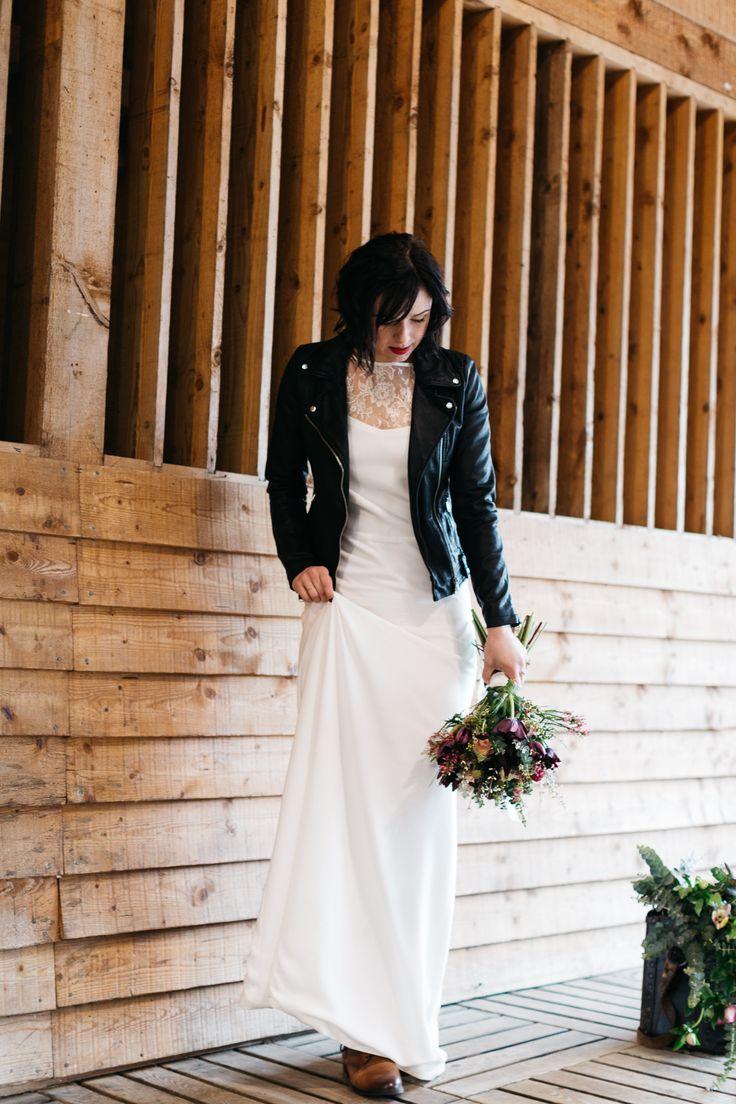 robe de mariée avec veste perfecto noir et boots en cuir pour un style a la fois boheme et rock