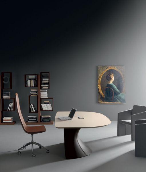 Ola scrivania direzionale con basamento in pelle e piano in laminato opaco