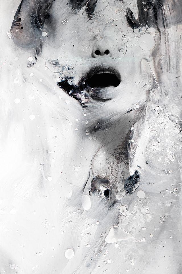 janusmiralles-7 L'artiste philippine Janus Miralles réalise de très beaux portraits abstraits en mélangeant la photographie avec de la peinture comme moyen de création. Souvent en noir et blanc, les visages sont effacés avec une certaine noirceur, comme s'ils avaient été brulés. Une sélection de son travail est disponible dans la galerie.