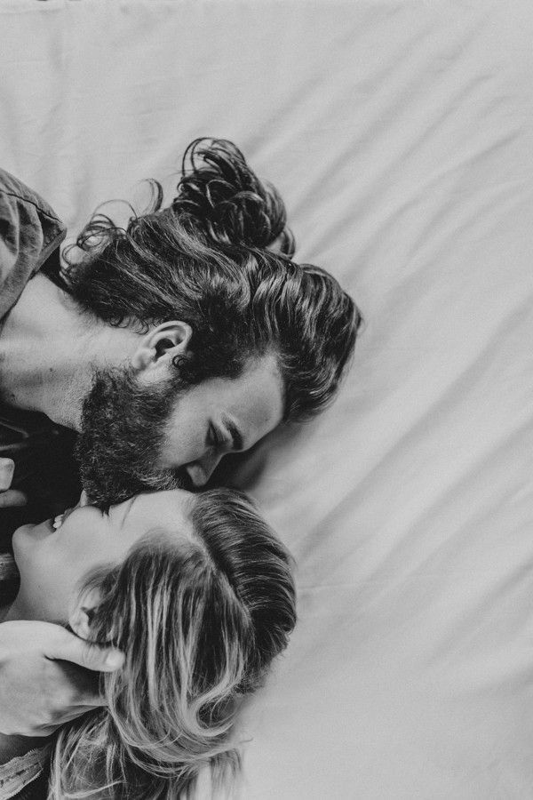 this-couples-pillow-fight-photo-shoot-is-fun-flirty-and-full-of-feathers-4