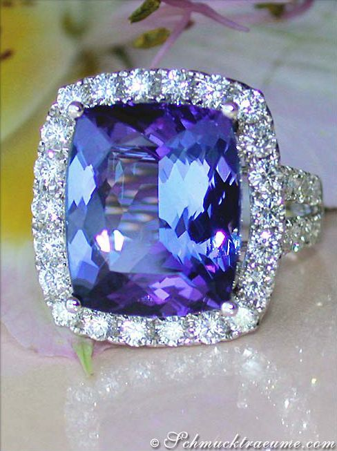 High-end: Grand Tanzanite (10,20 cts.) Diamond (1,85 cts. G-VS) Ring, WG-18K - Find out: schmucktraeume.com -- Visit us on FB: www.facebook.com/... -- Any questions? Contact us: info@schmucktraeu...