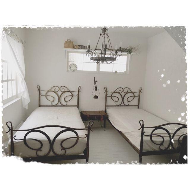 mocoさんの、漆喰壁DIY,アイアンベッド,バタフライフレーム,アイアンシャンデリア,セリアフォトフレームリメイク窓枠,ガーゼ布のカーテン,ベッド周り,のお部屋写真