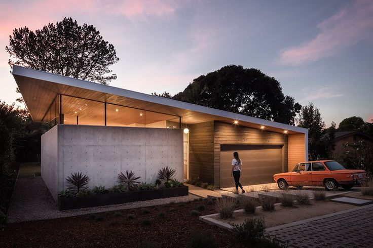 Influenced by LA's Case Study homes and the work of Joseph Eichler, the Avocado Acres House is an environmentally-friendly mid-century throwback located just blocks from the California coast. Its dining, kitchen, and living areas are open to both each other...