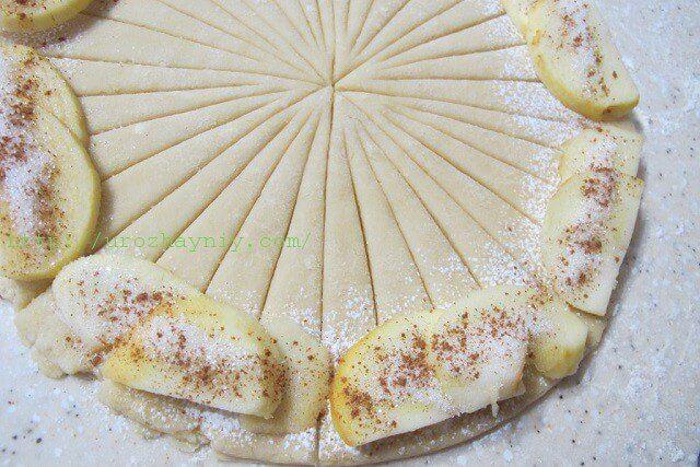 Postup: Smíchejte si tvaroh s 75 g cukru a vejcem, přidejte sůl, olej a vanilkový extrakt Do mouky přidejte prášek do pečiva a spojte s tvarohovou směsí. Prohněťte si těsto – musí být poddajné, měkké a lehké na vyválení Rozdělte ho na dvě části, které si vyválejte do kruhu o průměru 25 cm. Každý kruh …