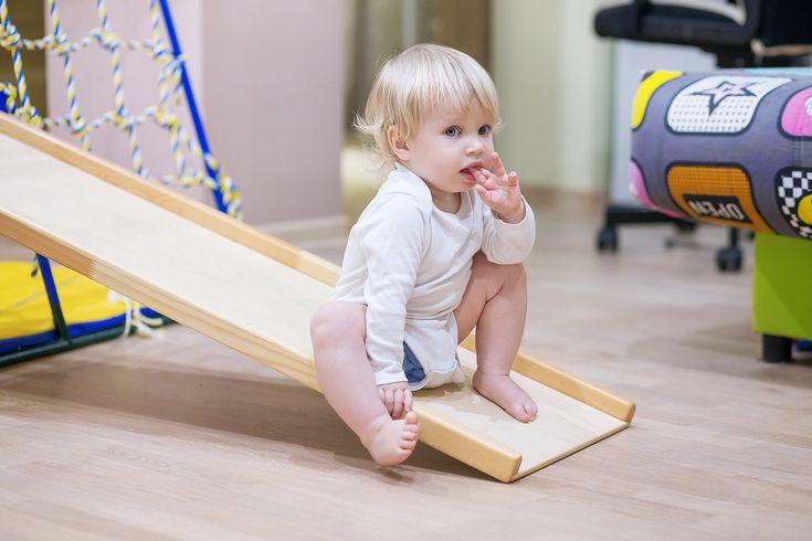 Een regen middag en kinderen die energie over hebben? Geen probleem; in een handomdraai maak je van je woonkamer een hindernisbaan zodat ze zich even lekker kunnen uitleven! https://www.mamaliefde.nl/blog/leukste-speelgoed-hindernisbaan-woonkamer/