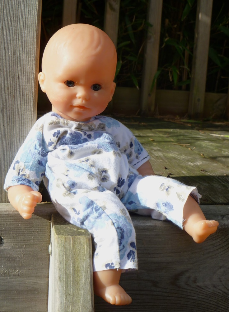 """A 12"""" doll babygro: pattern and (very simple) tutorial"""