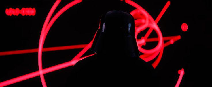 Darth Vader aparece no tralier de Rogue One: Uma História Star Wars    A Lucasfilm e a Disney divulgaram um novo trailer de Rogue One: Uma História Star Wars. Que mostra pela primeira vez como serão as batalhas nesta longa-metragem e como os principais personagens da segunda trilogia vão aparecer nesta aventura. No filme Rogue One um grupo de rebeldes liderado por Jyn Erso (Felicity Jones) rouba os planos de construção da Morte a estação espacial bélica do Imperio Galáctico equipada com um…