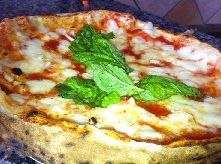Pizza Margherita tradizionale, infornata in forno a legna