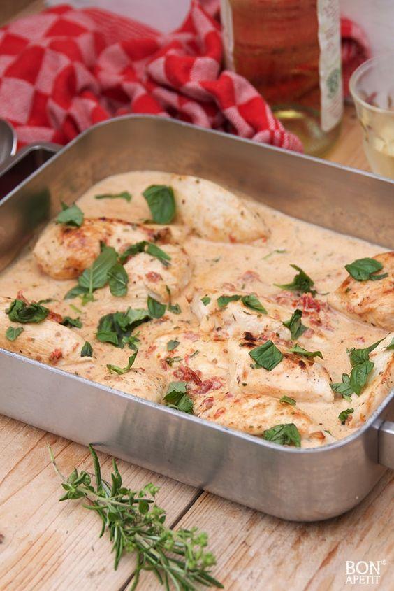 Deze waanzinnige kip uit de oven is om je vingers bij af te likken. Super simpel, maar zo lekker met saus van zongedroogde tomaatjes. Recept op BonApetit!